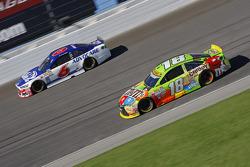 Kyle Busch, Joe Gibbs Racing Toyota y Trevor Bayne, Roush Fenway Racing Ford