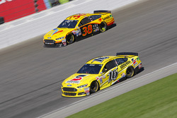 Greg Biffle, Roush Fenway Racing Ford y David Gilliland, Front Row Motorsports Ford