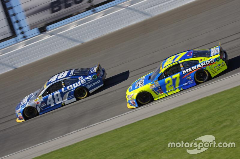 Paul Menard, Richard Childress Racing Chevrolet; Jimmie Johnson, Hendrick Motorsports Chevrolet