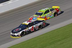 Kevin Harvick, Stewart-Haas Racing Chevrolet y Kyle Busch, Joe Gibbs Racing Toyota