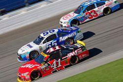 Kurt Busch, Stewart-Haas Racing Chevrolet ve David Ragan, Michael Waltrip Racing Toyota ve Brian Sco
