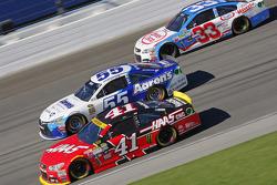 Kurt Busch, Stewart-Haas Racing Chevrolet y David Ragan, Michael Waltrip Racing Toyota y Brian Scott