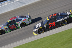 Martin Truex Jr., Furniture Row Racing Chevrolet y Dale Earnhardt Jr., Hendrick Motorsports Chevrole