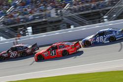 J.J. Yeley, BK Racing Toyota y Justin Allgaier, HScott Motorsports Chevrolet y Jimmie Johnson, Hendr