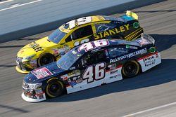 Michael Annett, HScott Motorsports Chevrolet et Carl Edwards, Joe Gibbs Racing Toyota
