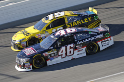 Michael Annett, HScott Motorsports Chevrolet y Carl Edwards, Joe Gibbs Racing Toyota