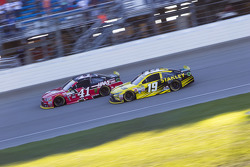 Carl Edwards, Joe Gibbs Racing Toyota y Kurt Busch, Stewart-Haas Racing Chevrolet