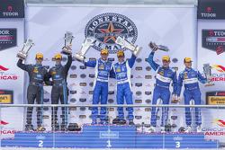 Prototypen-Podium: 1. #01 Chip Ganassi Racing Ford/Riley: Scott Pruett, Joey Hand; 2. #10 Wayne Tayl