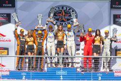 PC podio: ganadores de carreras # 54 NÚCLEO Autosport Oreca FLM09: Jon Bennett, Colin Braun, el segu
