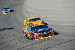 Jeff Gordon, Hendrick Motorsports Chevrolet y Joey Logano, Team Penske Ford
