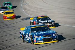 Jimmie Johnson, Hendrick Motorsports Chevrolet y Martin Truex Jr., Furniture Row Racing Chevrolet