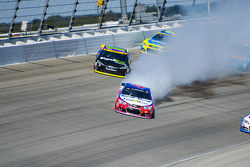A.J. Allmendinger, JTG Daugherty Racing Chevrolet y Denny Hamlin, Joe Gibbs Racing Toyota
