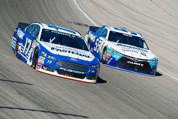 Ricky Stenhouse Jr., Roush Fenway Racing Ford y David Ragan, Michael Waltrip Racing Toyota