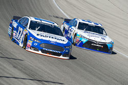 Ricky Stenhouse Jr., Roush Fenway Racing Ford y David Ragan, Michael Waltrip Racing Toyota