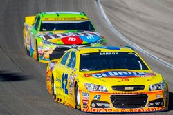 Kyle Larson, Chip Ganassi Racing Chevrolet y Kyle Busch, Joe Gibbs Racing Toyota