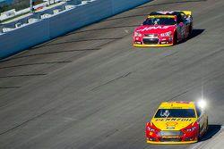 Joey Logano, Team Penske Ford y Kurt Busch, Stewart-Haas Racing Chevrolet