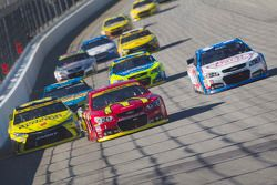 Jamie McMurray, Chip Ganassi Racing Chevrolet y Matt Kenseth, Joe Gibbs Racing Toyota y Brian Scott,
