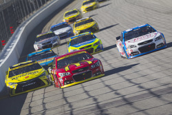Jamie McMurray, Chip Ganassi Racing Chevrolet y Matt Kenseth, Joe Gibbs Racing Toyota y Brian Scott,