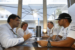 Mehul Kapadia, Tata Communications; Lewis Hamilton, Paddy Lowe, Mercedes AMG F1;John Morrison, Cheft