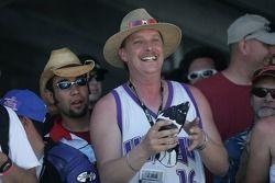 Fan avec le gant de Matt Mladin