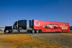 Camion pour l'équipe Bud Chevy entre sur la piste