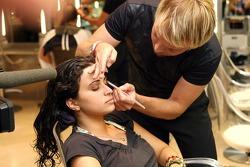Formula Unas girls visit a beauty salon: Mina Zakipour