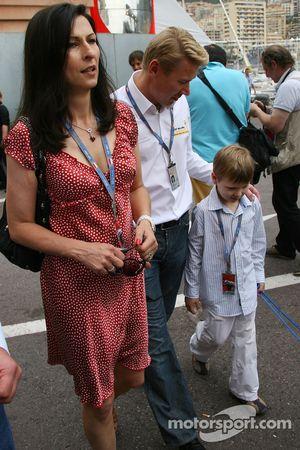 Erja Hakkinen femme de Mika Hakkinen, Mika Hakkinen, ancien champion du monde de F1 et Hugo Hakkinen, leurs fils
