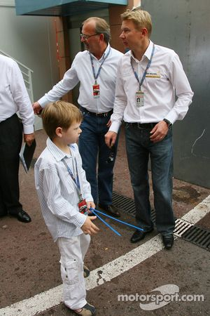 Mika Hakkinen, ancien champion du monde de F1 et Hugo Hakkinen, son fils