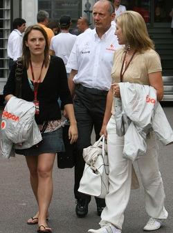 Ron Dennis, McLaren, director del equipo, Presidente, Lisa Dennis, esposa de Ron Dennis y la hija de Ron Dennis