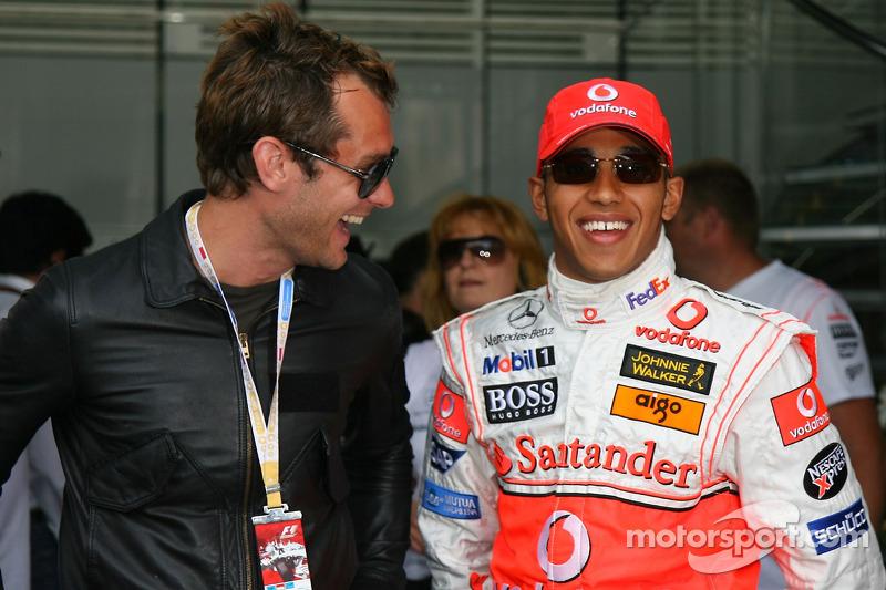 Actor Jude Law y Lewis Hamilton