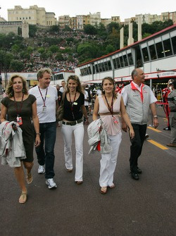 Gordon Ramsay, Chef famoso junto a su esposa Cayetana con Ron Dennis, McLaren, equipo Director, Presidente su hija y su esposa Lisa