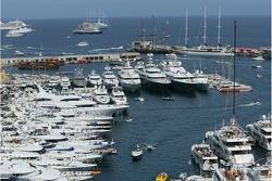 Actividad del puerto de Mónaco antes de la carrera