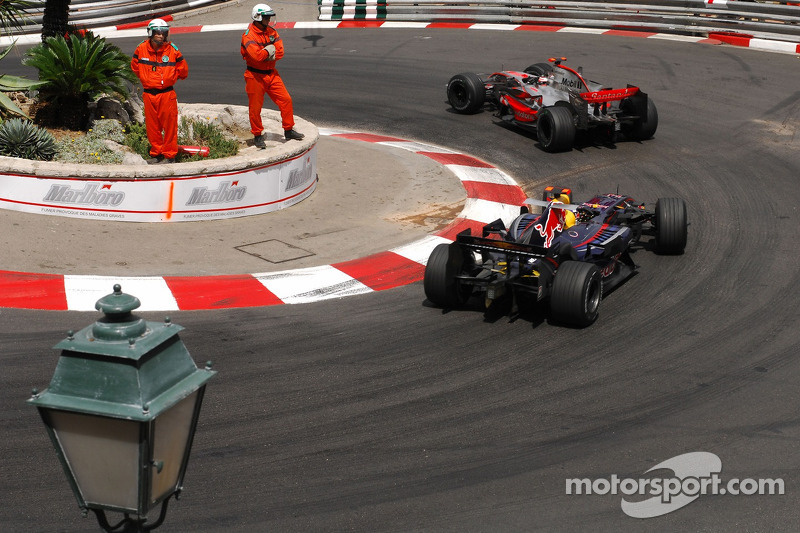 Fernando Alonso, McLaren Mercedes, MP4-22 y David Coulthard, Red Bull Racing, RB3