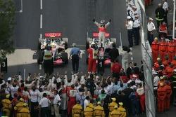 Ganador de la carrera Fernando Alonso celebra con el segundo lugar Lewis Hamilton