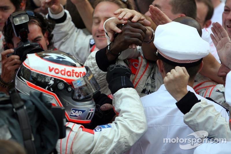 Ganador de la carrera Fernando Alonso celebra con el equipo