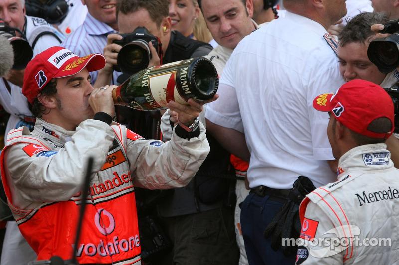 Champagne para Lewis Hamilton y Fernando Alonso
