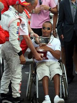 Nicholas Hamilton, hermano de Lewis Hamilton obtiene el trofeo de Ron Dennis, McLaren, equipo Principal, dirkt de Presidente después de la ceremonia de podio