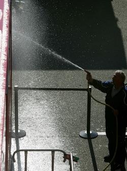 Un membre d'équipe nettoie le camion
