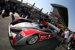 Audi Sport North America Audi R10 devant les vérifications techniques