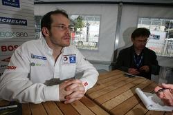 Jacques Villeneuve parle avec un membre des médias