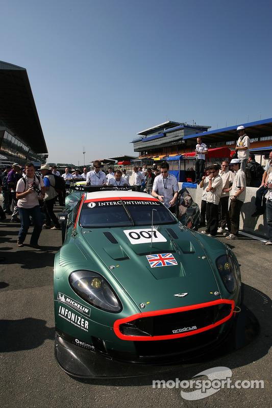 Aston Martin Racing Aston Martin DBR9 devant à l'assistance