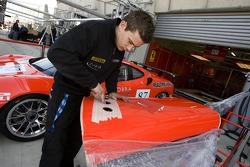 Membre de l'équipe Scuderia Ecosse Ferrari 430 GT Berlinetta au travail