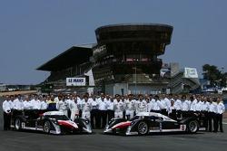 Séance photo pour la Team Peugeot Total: Marc Gene, Nicolas Minassian, Jacques Villeneuve, Pedro Lamy, Stéphane Sarrazin, Sébastien Bourdais avec les membres d'équipe Team Peugeot Total