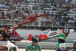 La voiture de Helio Castroneves après avoir cassé l'aileron arrière