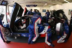 Nicolas Prost se trouve dans la voiture pendant que les membres de Team Oreca sont au travail