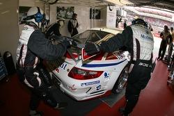 Membres de l'équipe IMSA Performance Matmut poussant la voiture