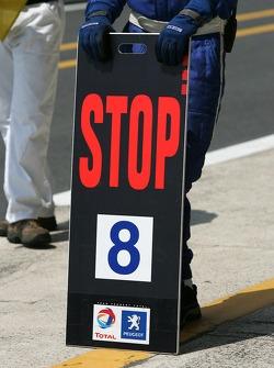 Arrêt au stand pour la #8 Team Peugeot Total Peugeot 908