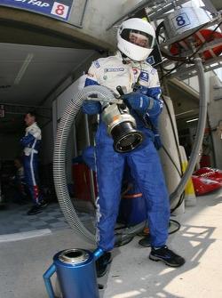 Membres d'équipe Team Peugeot Total au travail
