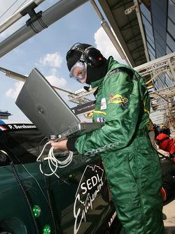 Membres d'équipe Aston Martin Racing au travail