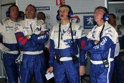 membres de l'équipe Team Peugeot Total regardant la fin de la séance
